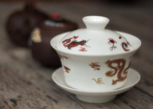 Gaiwan und zwei Yixing Kannen