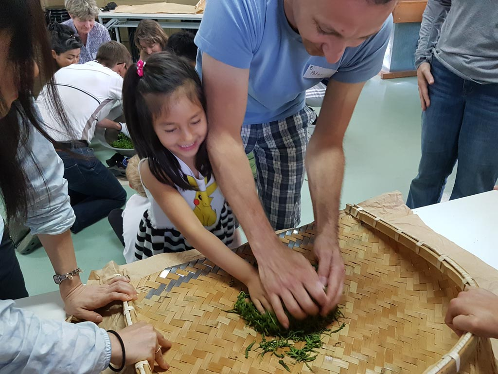 Teeblätter werden geknetet